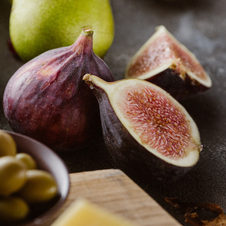 close up view of fresh figs arranged on tabletop Banco de Imagens