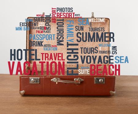 Open vintage koffer met vakantiepictogrammen en woorden