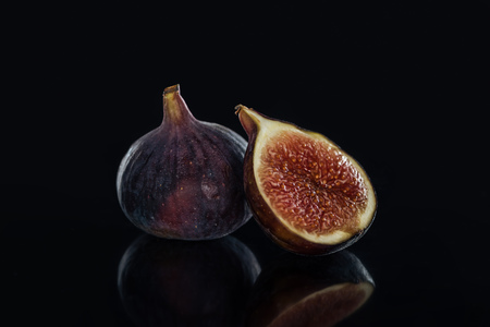 close up view of fresh figs on black background Archivio Fotografico