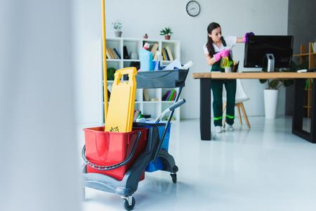 Bureau de nettoyage jeune femme concierge avec divers équipements de nettoyage Banque d'images