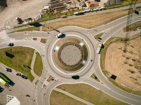 luchtfoto van verschillende auto's rijden door rotonde, Kiev, Oekraïne