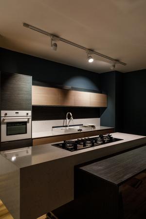 Intérieur de cuisine moderne avec cuisinière sur comptoir