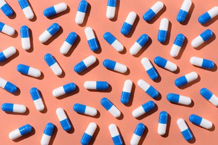 Draufsicht der Pillen auf orange Tischplatte