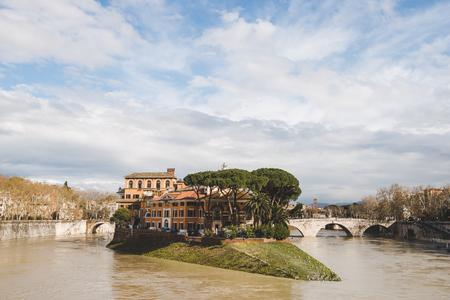 bellissima Isola Tiberina il giorno nuvoloso, Roma, Italia Archivio Fotografico