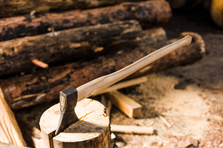 close up view of sticking axe in log at sawmill Stockfoto