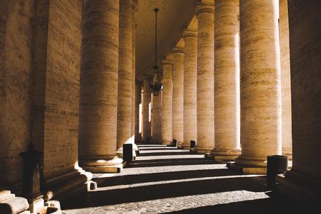 belle colonne con ombra in Vaticano, Italia