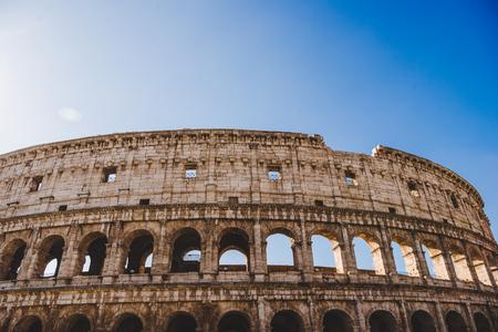 vista dal basso di antiche rovine del Colosseo a Roma, Italia Archivio Fotografico