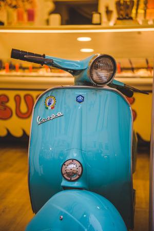 Roma, Italia - 10 marzo 2018: inquadratura ravvicinata di scooter vespa vintage parcheggiato sulla strada di Roma