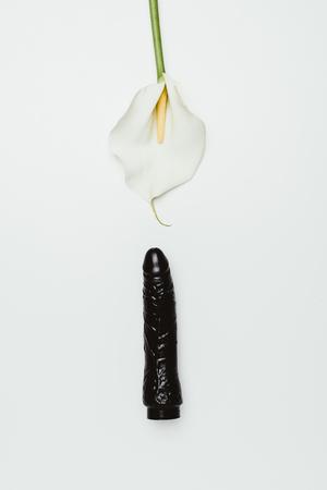 Gode noir avec fleur de calla blanc isolé sur blanc Banque d'images
