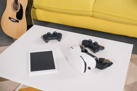 close-up view of virtual reality headset, digital tablet with blank screen and joystick on table 版權商用圖片 - 106690159