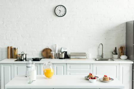 Intérieur de cuisine avec de délicieuses crêpes et jus d'orange sur le comptoir de la cuisine