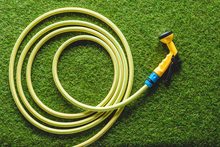 top view of hosepipe on grass, minimalistic conception Banco de Imagens