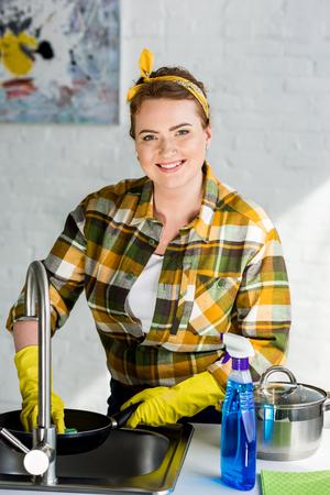 beautiful smiling woman washing frying pan at kitchen Archivio Fotografico