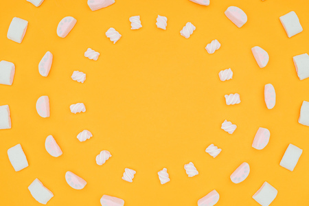 top view of circles of yummy marshmallows isolated on orange Archivio Fotografico - 106890791