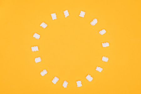 top view of circle of marshmallows isolated on orange Archivio Fotografico - 106891127