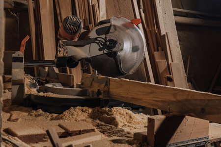 close up view of circular saw and wooden planks at wooden workshop Banque d'images