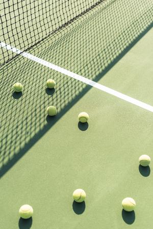 close up view of tennis balls and net on tennis court Foto de archivo