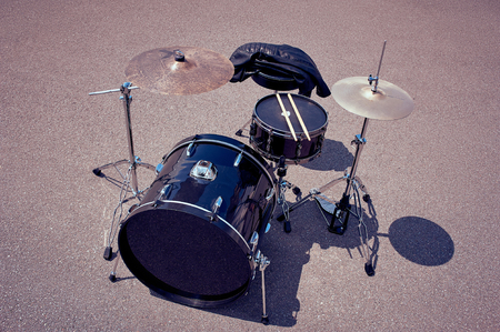 close up view of black drum kit and drum sticks on street Stockfoto - 107250362