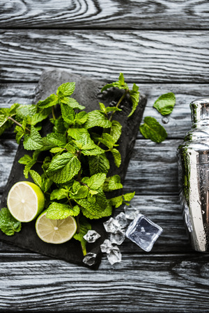 top view of ingredients for making mojito and shaker on wooden surface Stockfoto