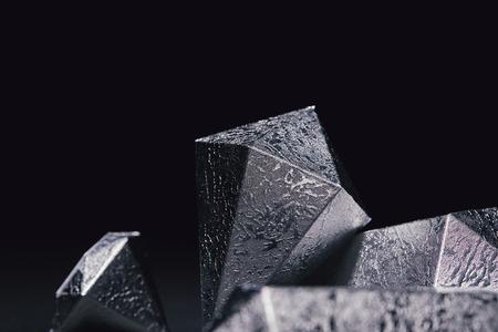 vergrote weergave van glanzende gefacetteerde zilveren stukken op zwart