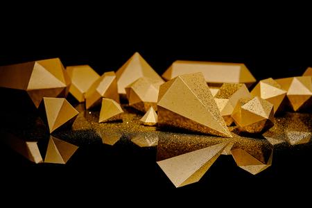 vergrote weergave van glanzende gouden glinsterende stukjes goud weerspiegeld op zwart