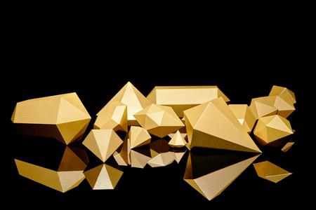 glanzende glinsterende gefacetteerde stukjes goud weerspiegeld op zwart Stockfoto