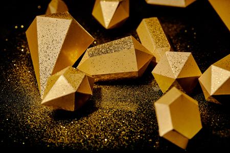 vergrote weergave van glanzende gouden stukken en stof op zwart Stockfoto