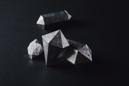 hoge hoekmening van glanzende gefacetteerde zilveren stukken op zwart