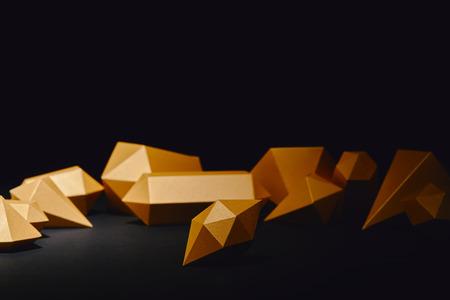 vergrote weergave van glanzende gefacetteerde stukjes goud op zwart Stockfoto