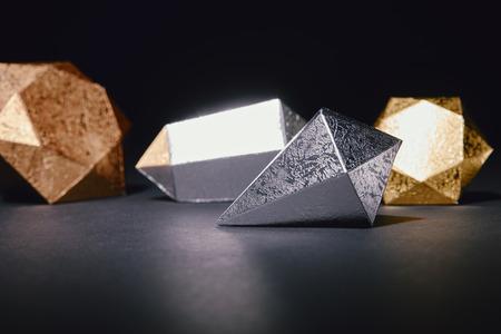 vista ravvicinata di lucidi pezzi di argento e oro su fondo nero