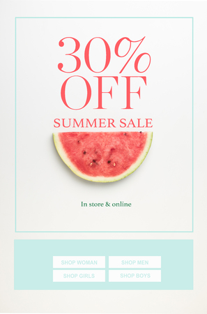 顶视图西瓜片孤立的白色与夏季销售和30%的折扣