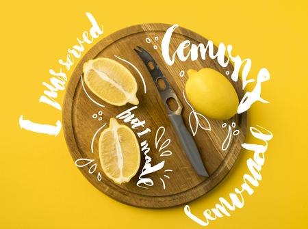 """Vista dall'alto di limoni e coltello su una tavola di legno isolata su giallo con la scritta """"Mi sono stati serviti dei limoni ma ho fatto la limonata"""" Archivio Fotografico"""