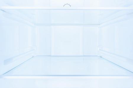 planken in lege open witte koelkast