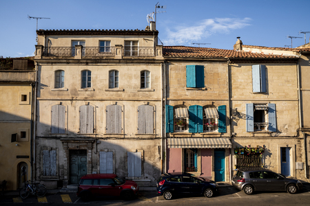 PROVENCE, FRANCE - JUNE 18, 2018: cars on street and beautiful old buildings in provence, france 新聞圖片