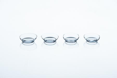 Nahaufnahme von Kontaktlinsen auf weißem Hintergrund angeordnet Standard-Bild