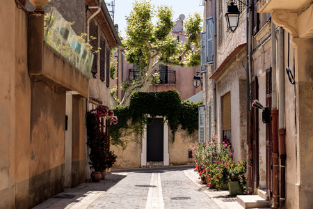 cozy narrow street with traditional houses and blooming flowers in pots, provence, france 版權商用圖片