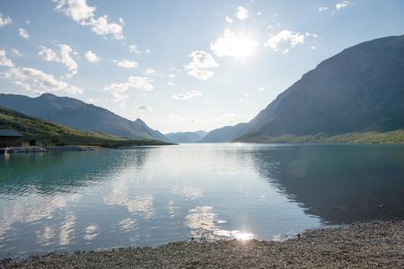 beautiful landscape with majestic mountains reflected in calm water of Gjende lake, Besseggen ridge, Jotunheimen National Park, Norway 版權商用圖片