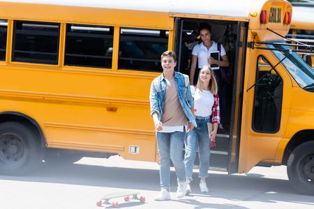 groupe d'étudiants adolescents sortant du bus scolaire après l'école Banque d'images