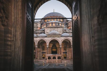 View through arch on Suleymaniye Mosque in Istanbul, Turkey Banco de Imagens