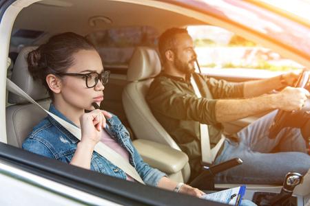 mannelijke student en vrouwelijke leraar autorijden tijdens het rijexamen