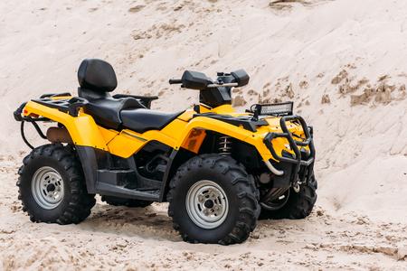 砂の上に現代黄色の全地形の車