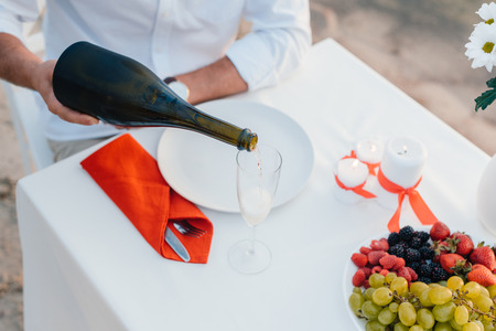 cropped view of man pouring champagne on romantic date Stockfoto - 109989047