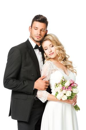 mooie jonge bruid en bruidegom met gesloten ogen op wit wordt geïsoleerd Stockfoto
