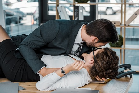 leidenschaftlicher Geschäftsmann und Geschäftsfrau am Arbeitsplatz im Büro