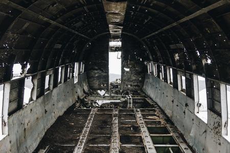À l'intérieur de l'épave d'un avion DC3 à Solheimasandur beach, Islande