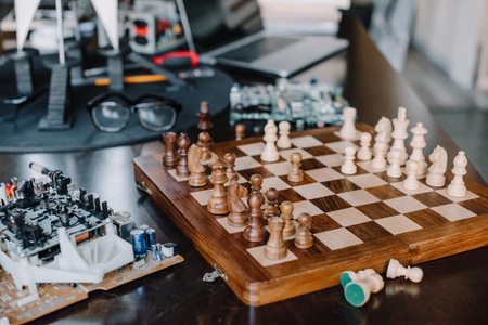 chess board and circuit board on table in living room Zdjęcie Seryjne