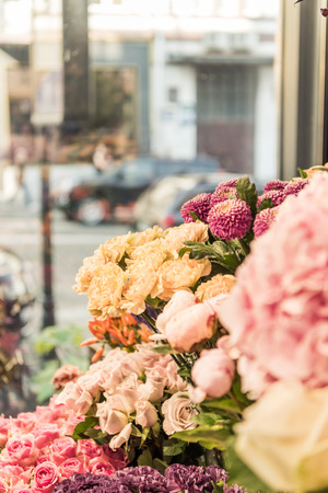 Beautiful yellow roses and chrysanthemums at flower shop Stockfoto