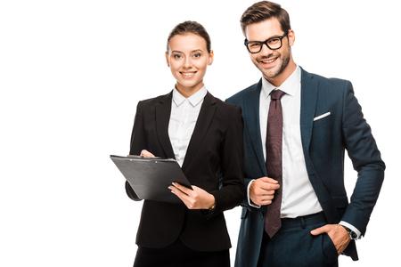 Szczęśliwi młodzi partnerzy biznesowi ze schowkiem patrząc na kamerę na białym tle