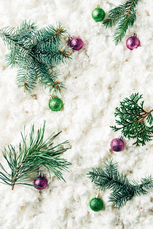 flat lay with pine tree branches, christmas toys on white cotton wool background Foto de archivo - 110517941