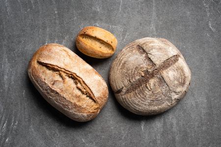 top view of loafs of ciabatta bread on grey tabletop Foto de archivo - 110595703